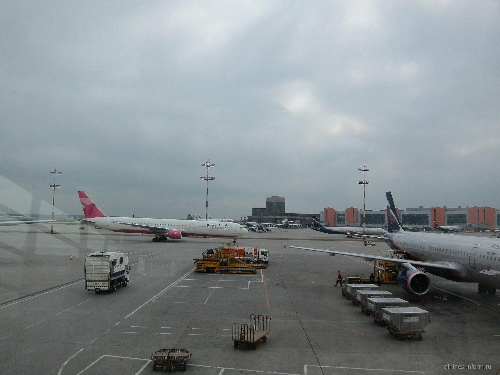 Боинг-767-300 авиакомпании Дельта в аэропорту Шереметьево
