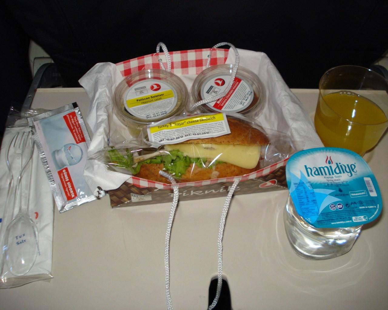 Питание на рейсе Стамбул-Адана Турецких авиалиний