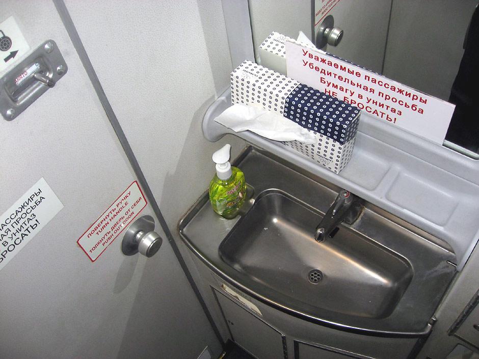 Туалет самолета Ту-204 авиакомпании Red Wings