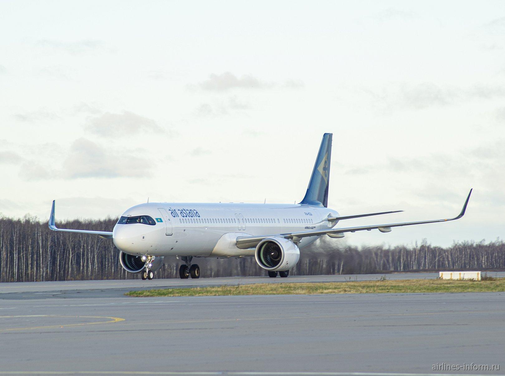 Airbus A321LR авиакомпании Air Astana сразу после прилета в аэропорт Домодедово
