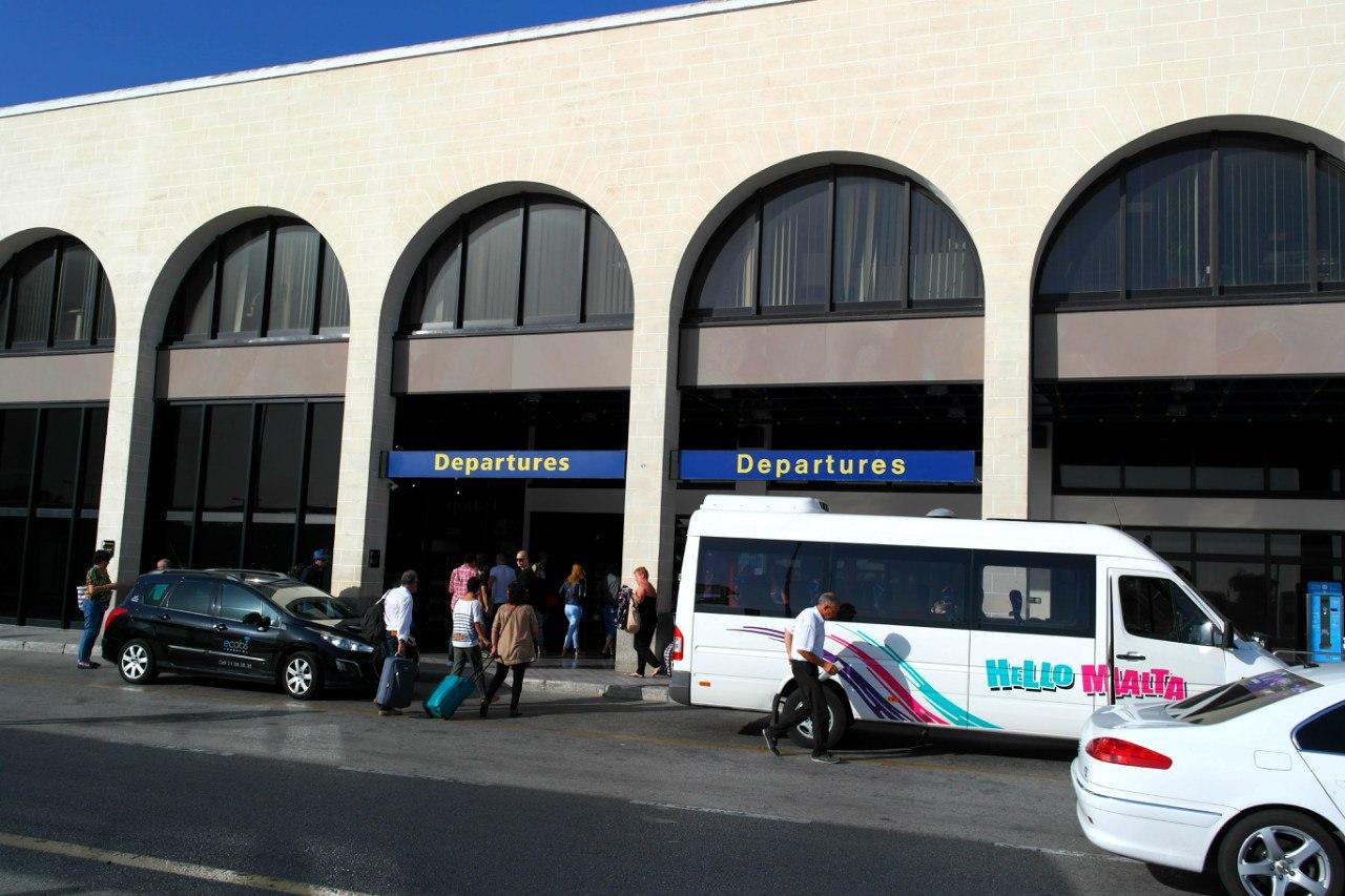 Вход в аэровокзал аэропорта Мальта