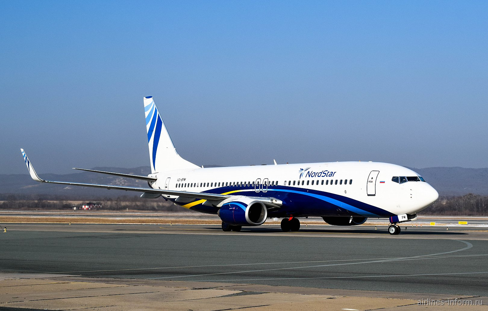 Самолет Боинг-737-800 VQ-BPM авиакомпании NordStar в аэропорту Владивостока