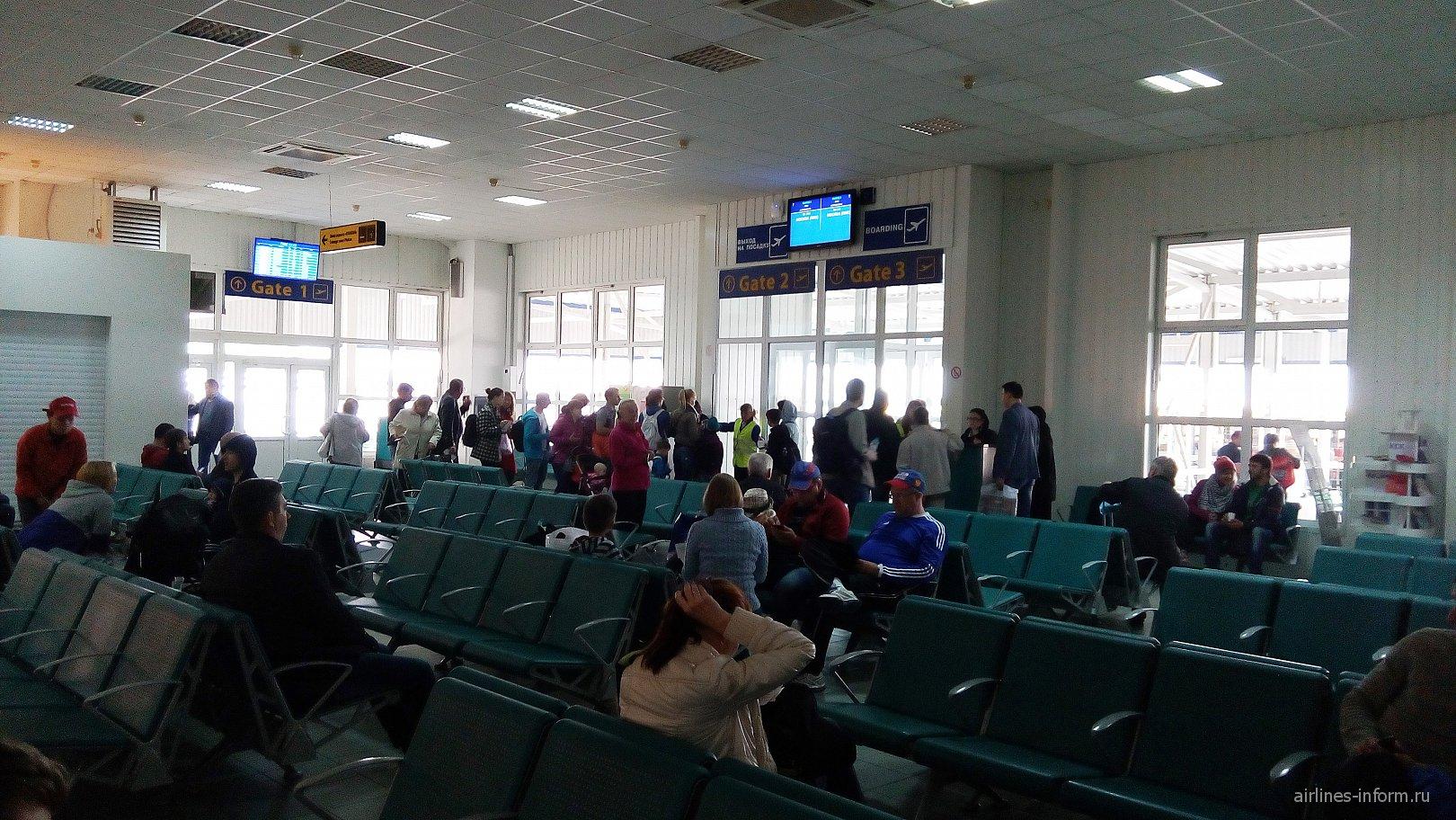 Зал ожидания в чистой зоне терминала B аэропорта Симферополь