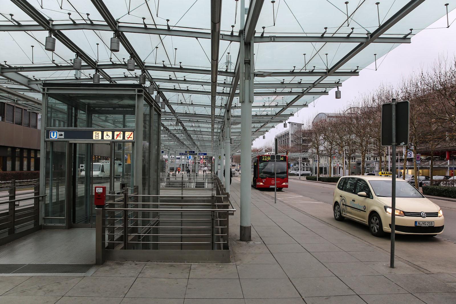 Остановка автобусов и такси в аэропорту Нюрнберг