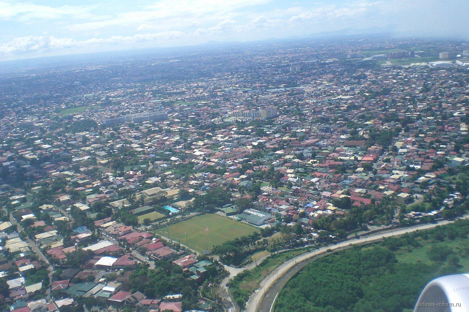 Окраины города Манила при взлете из аэропорта