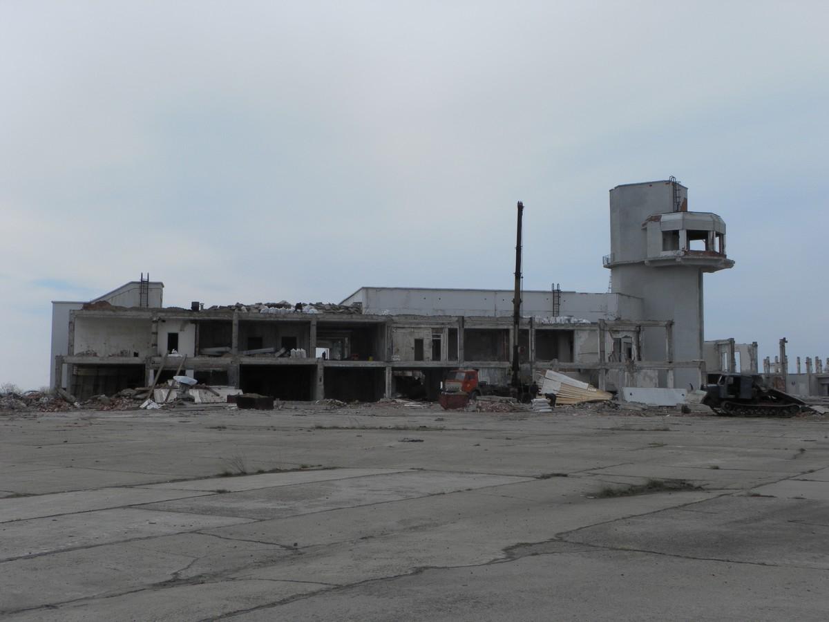 Разрушенное здание аэровокзала аэропорта Усть-Илимск