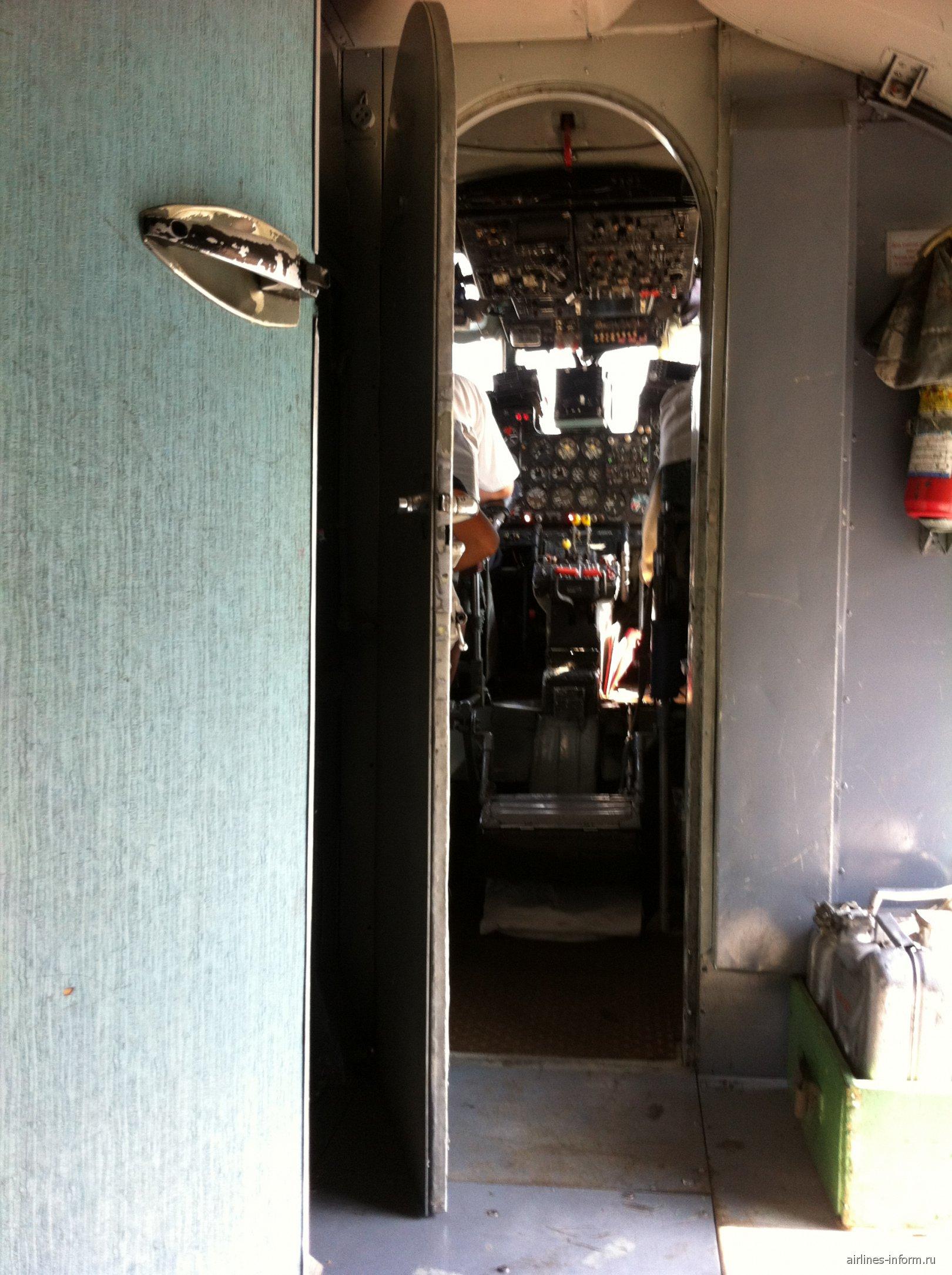 Пилотская кабина Ан-24 Бурятских авиалиний