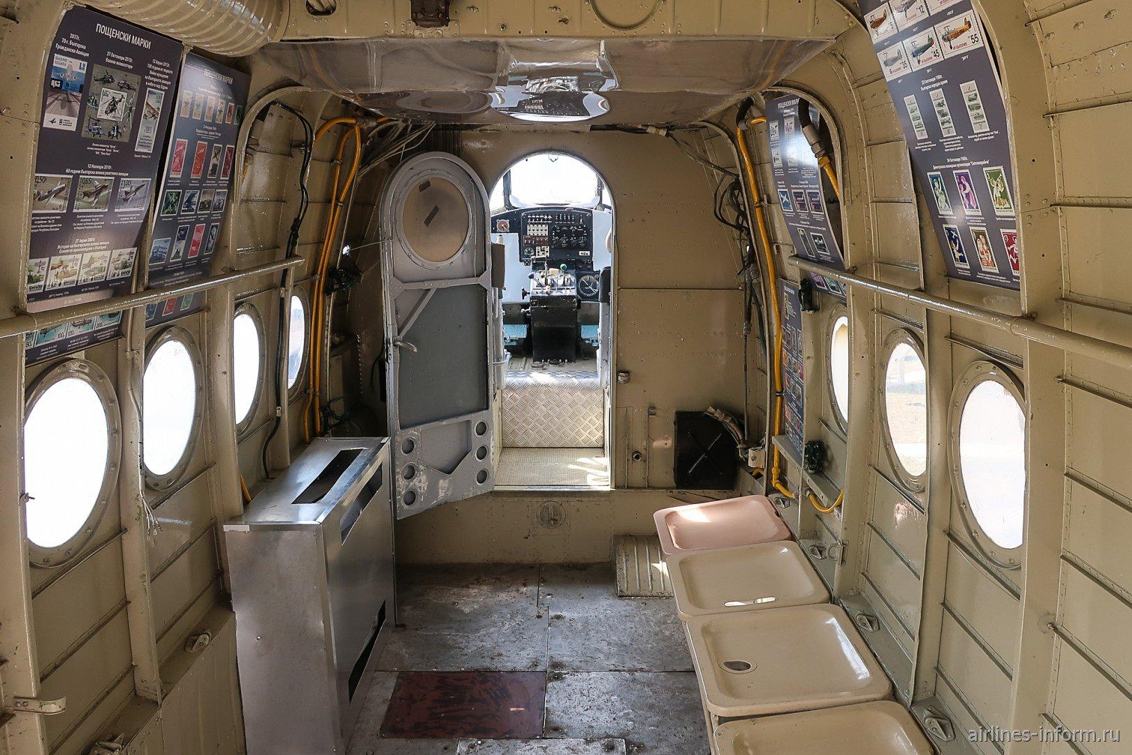 Салон самолета Ан-2 в авиамузее аэропорта Бургас