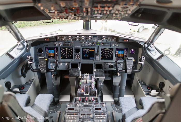 Пилотская кабина самолета Боинг-737-800