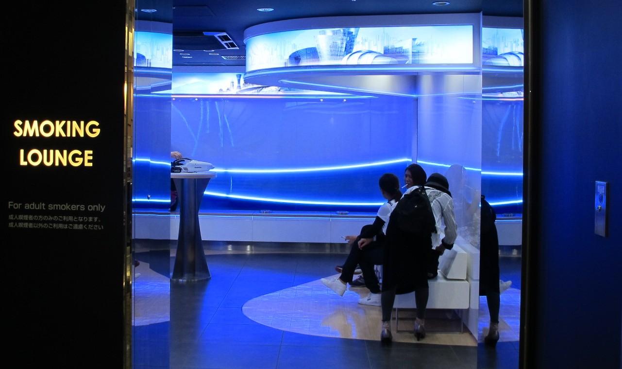 Фирменная курильная комната марки Mevius в аэропорту Токио Нарита