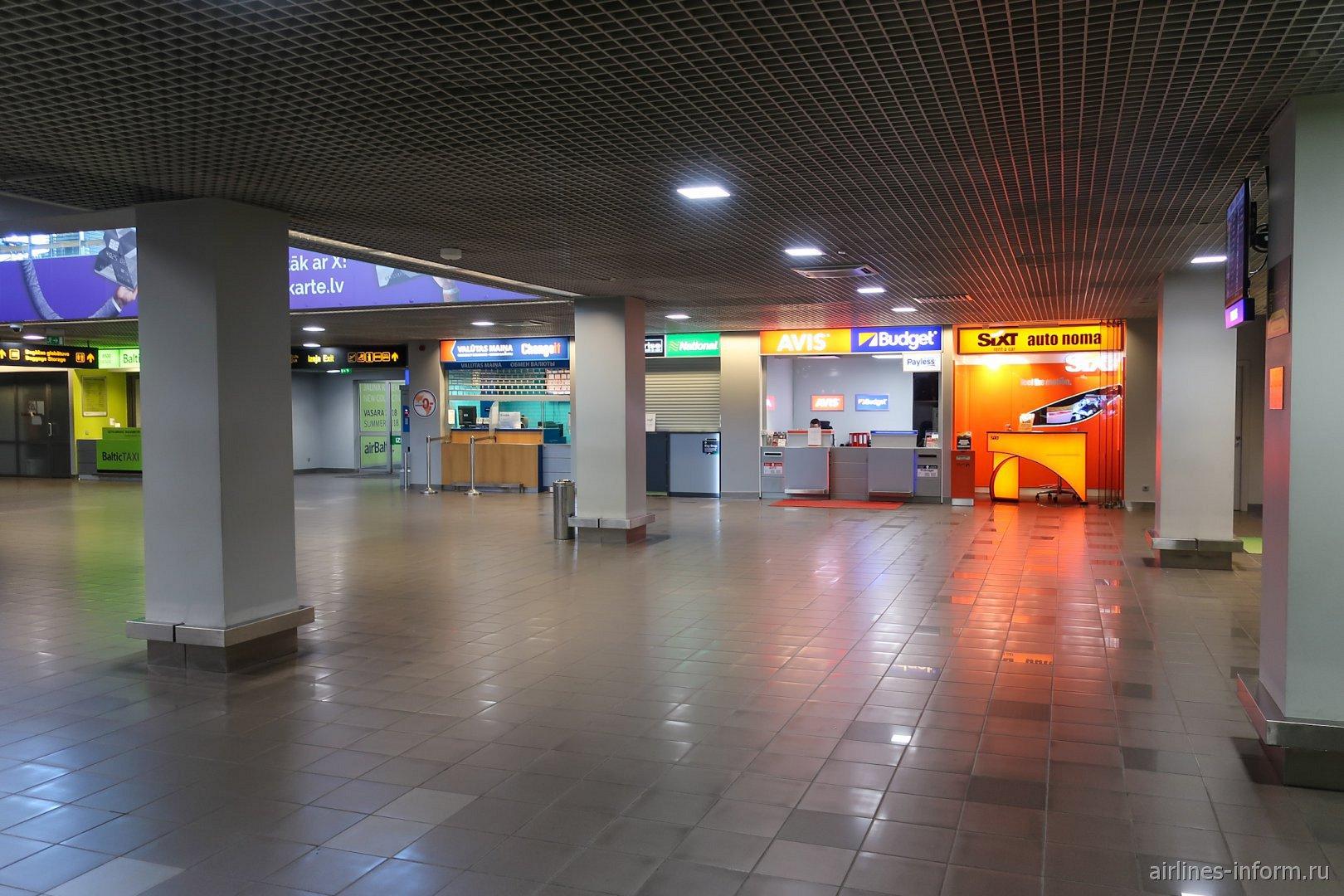 Стойки автопрокатных компаний в зоне прилета  аэропорта Рига