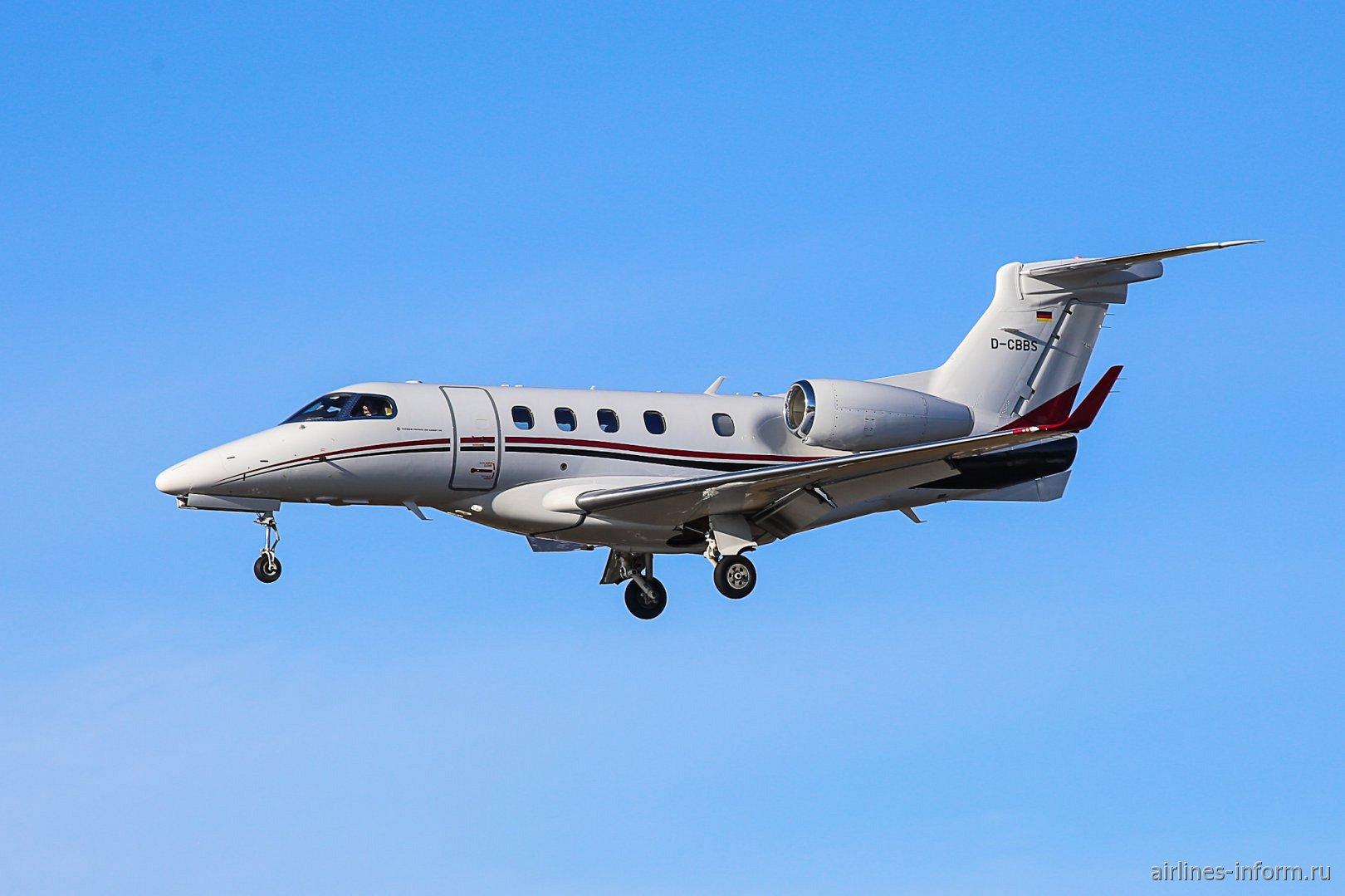 В небе административный самолет Embraer Phenom 300 с бортовым номером D-CBBS