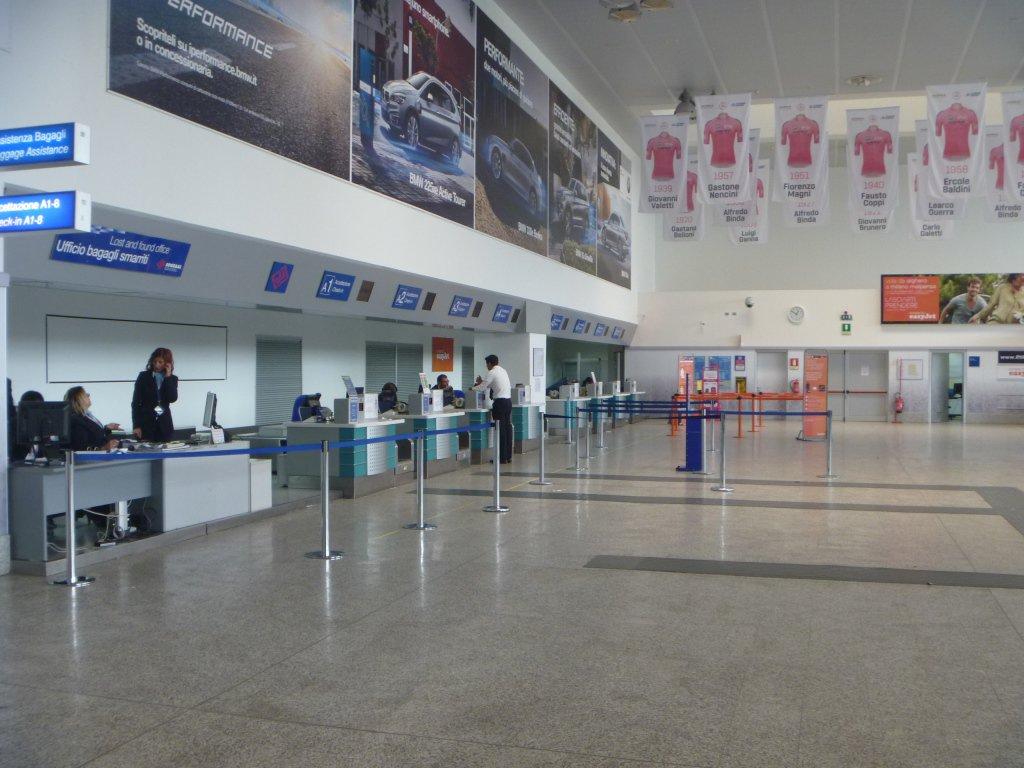 Зал регистрации аэропорта Альгеро Фертилия