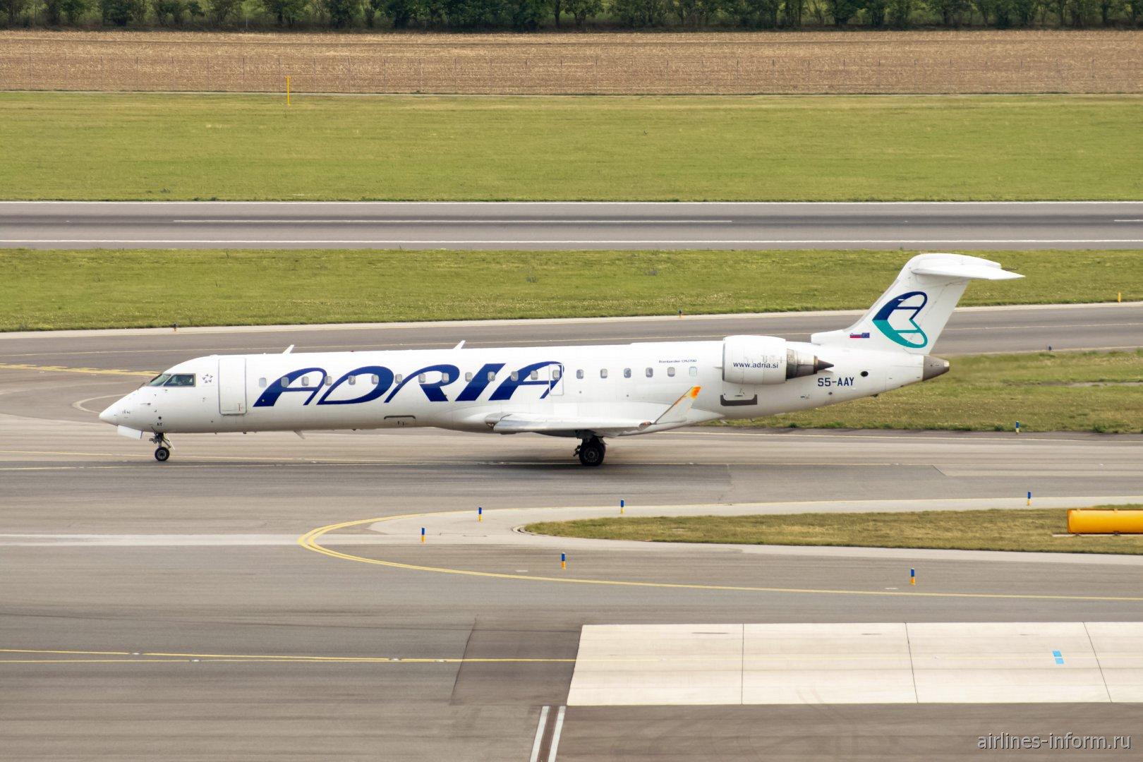 Самолет Bombardier CRJ-700 S5-AAY авиакомпании Adria в аэропорту Вены