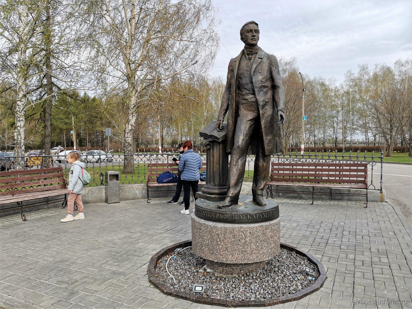 Памятник историографу Карамзину в аэропорту Ульяновска
