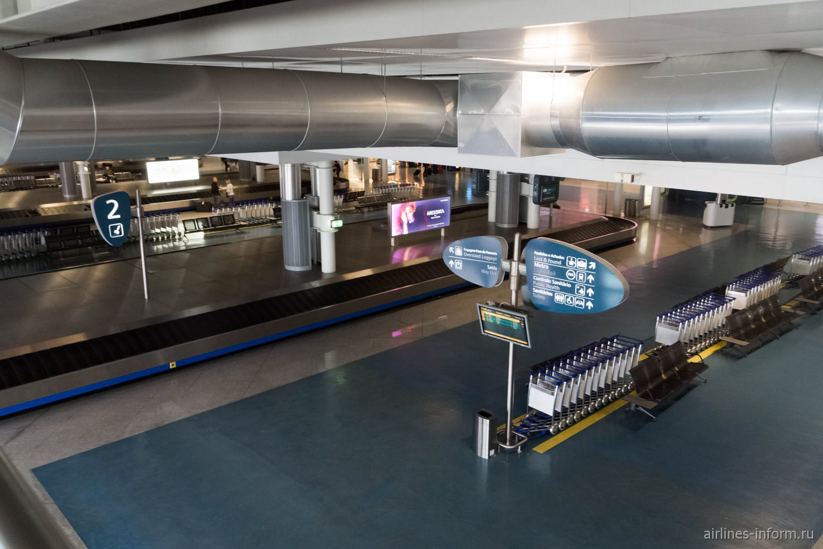 Зал выдачи багажа в аэропорту Порту - Франсишку Са Карнейру