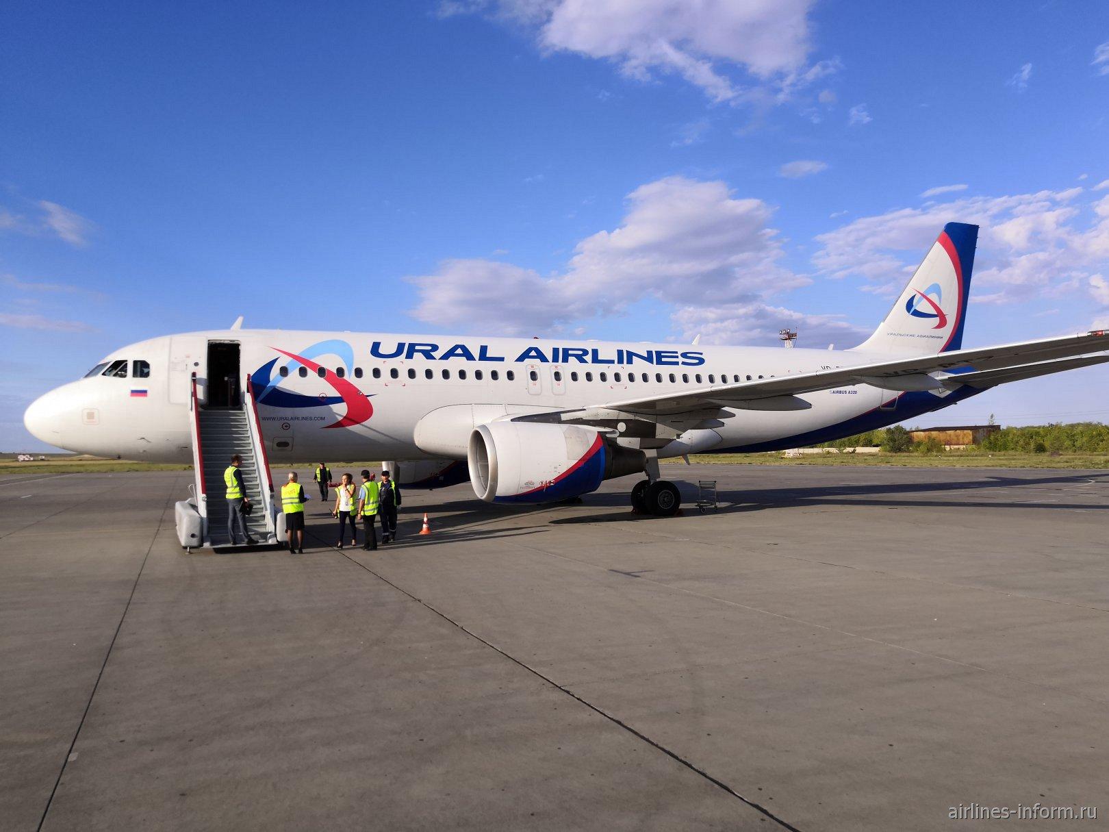 Самолет Airbus A320 VP-BTZ авиакомпании Уральские авиалинии в аэропорту Магнитогорска