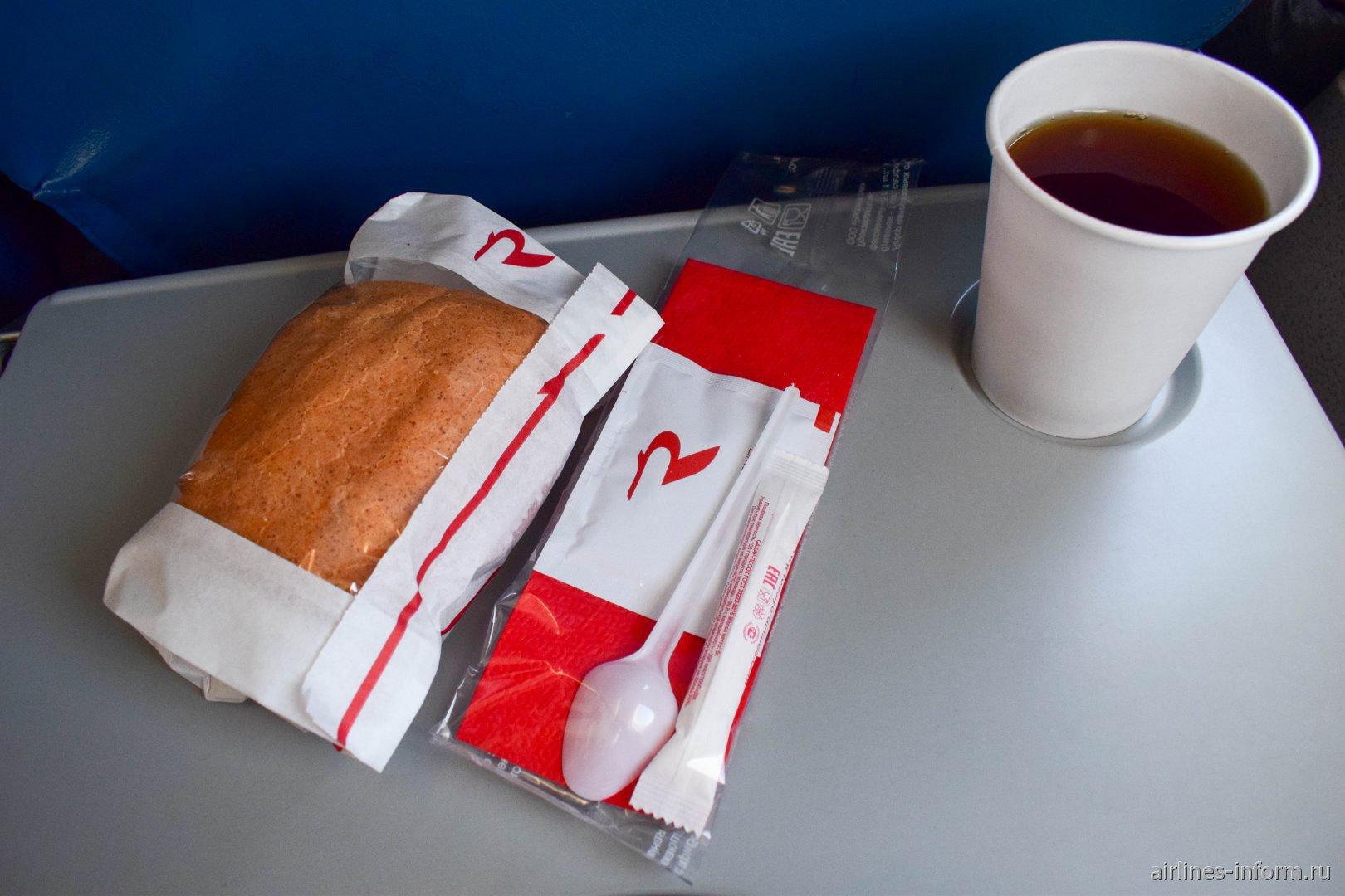 Сэндвич и напиток на рейсе авиакомпании