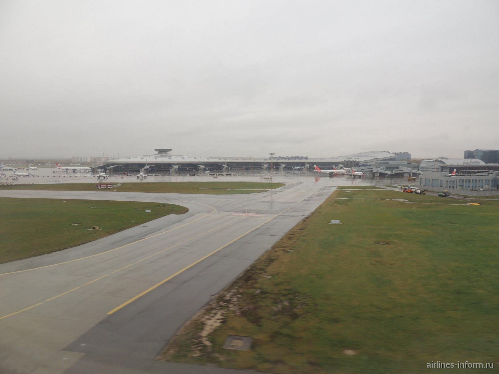 Пассажирские терминалы и перрон аэропорта Москва Внуково