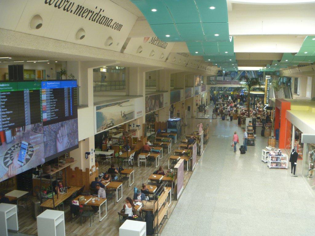 В аэровокзале аэропорта Ольбия Коста Смеральда