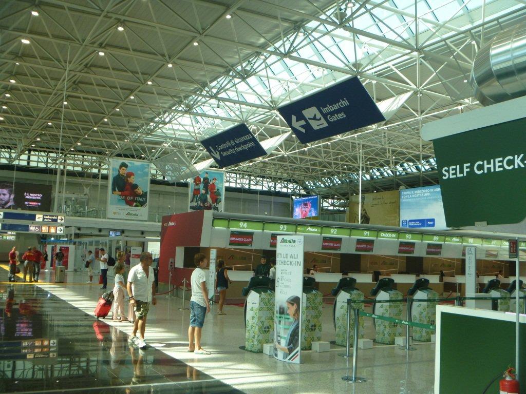Стойки регистрации авиакомпании Alitalia в аэропорту Рим Фьюмичино