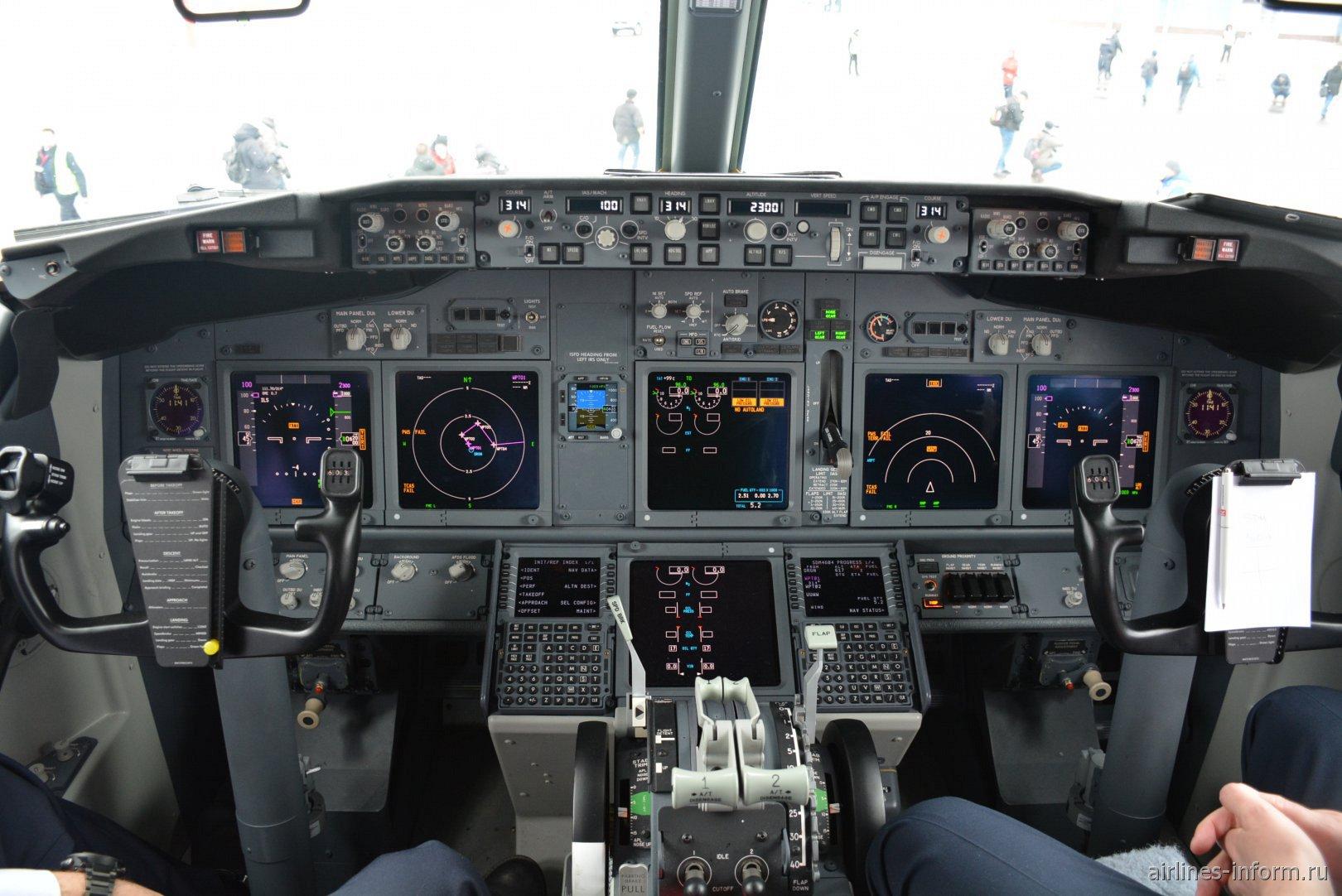 Приборная панель в Боинге-737-800 авиакомпании