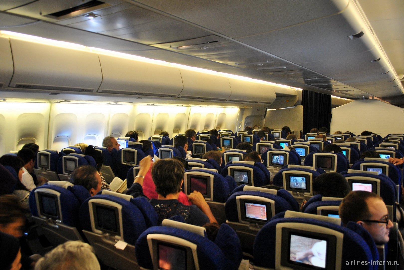Пассажирский салон эконом-класса в Боинге-747-400 Британских авиалиний