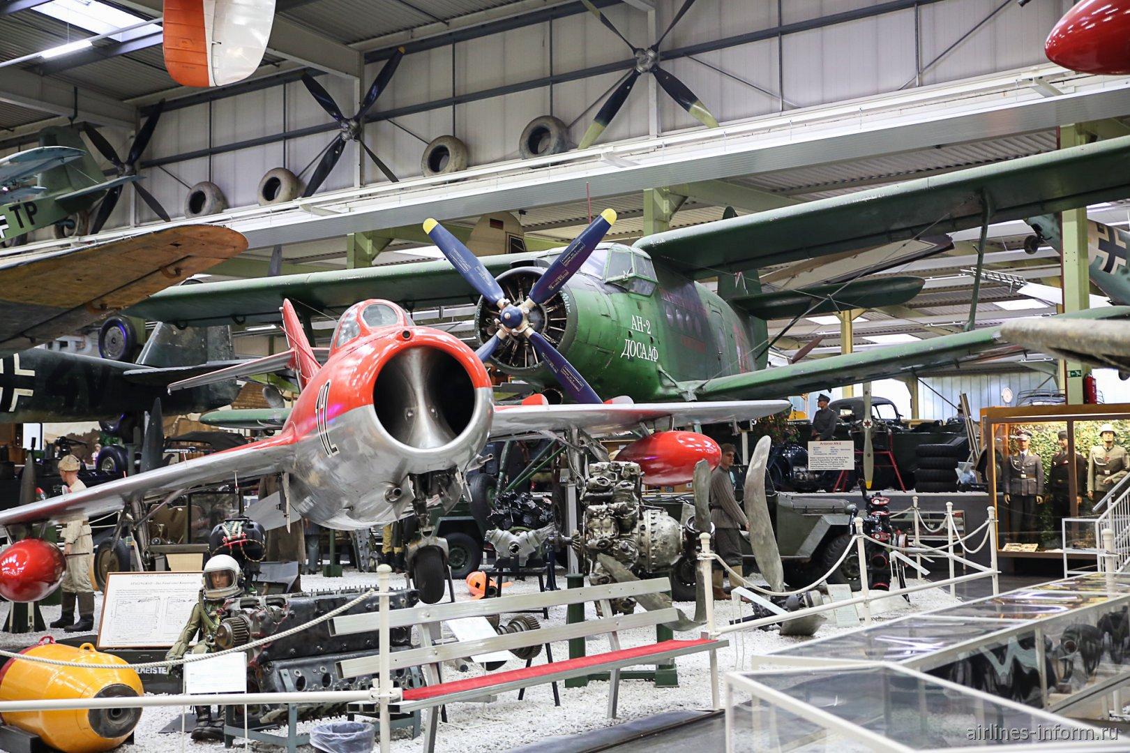 Самолеты МиГ-15 и Ан-2 в музее техники в Зинсхайме