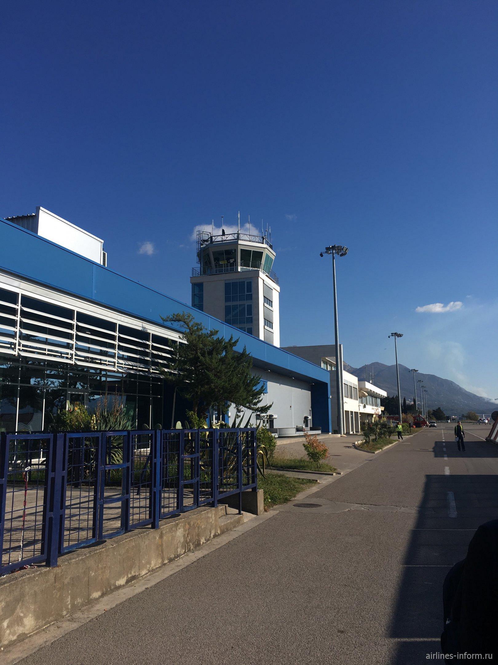 Вид на пассажирский терминал аэропорта Тиват со стороны перрона