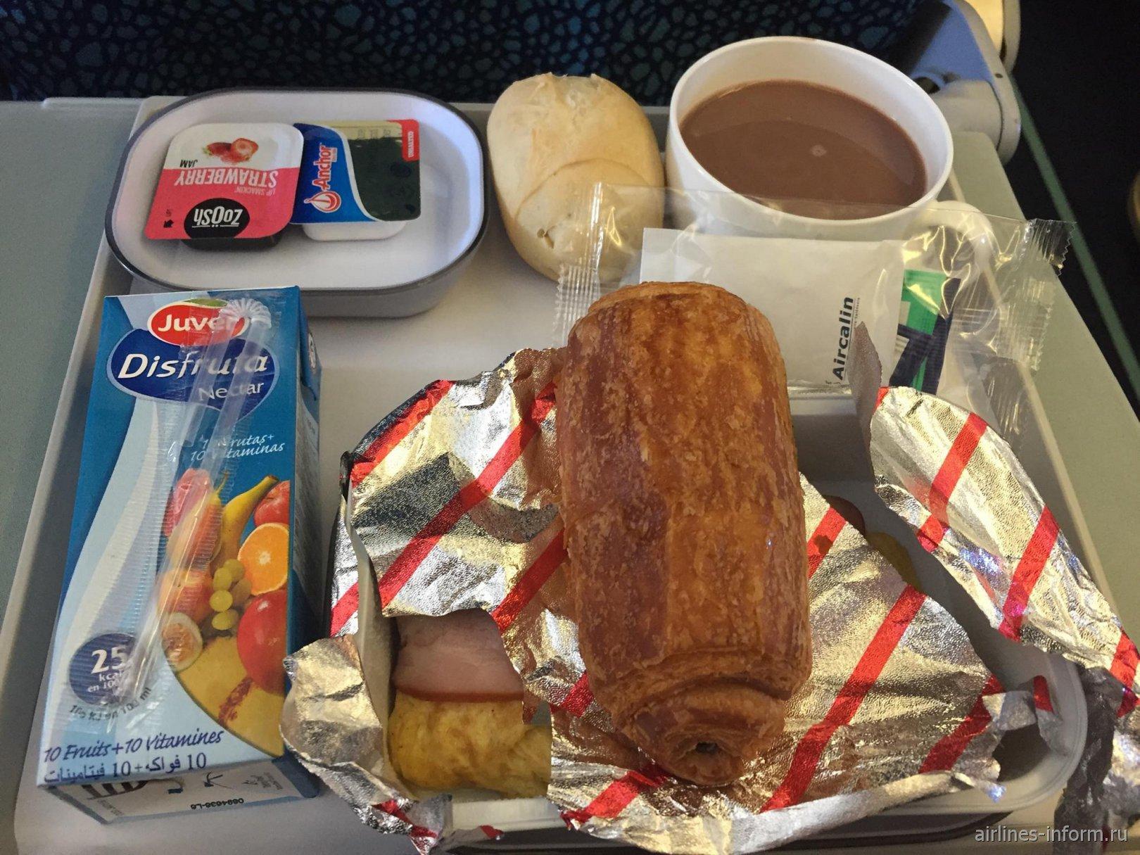 Завтрак на рейсе Нумеа-Окленд авиакомпании Aircalin