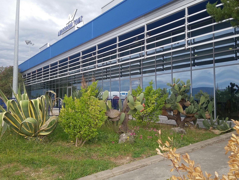 Аэровокзал аэропорта Тиват со стороны перрона