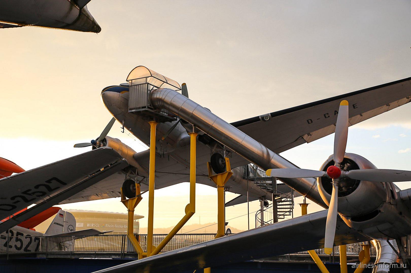 Самолет Дуглас DC-3 в музее техники в Зинсхайме