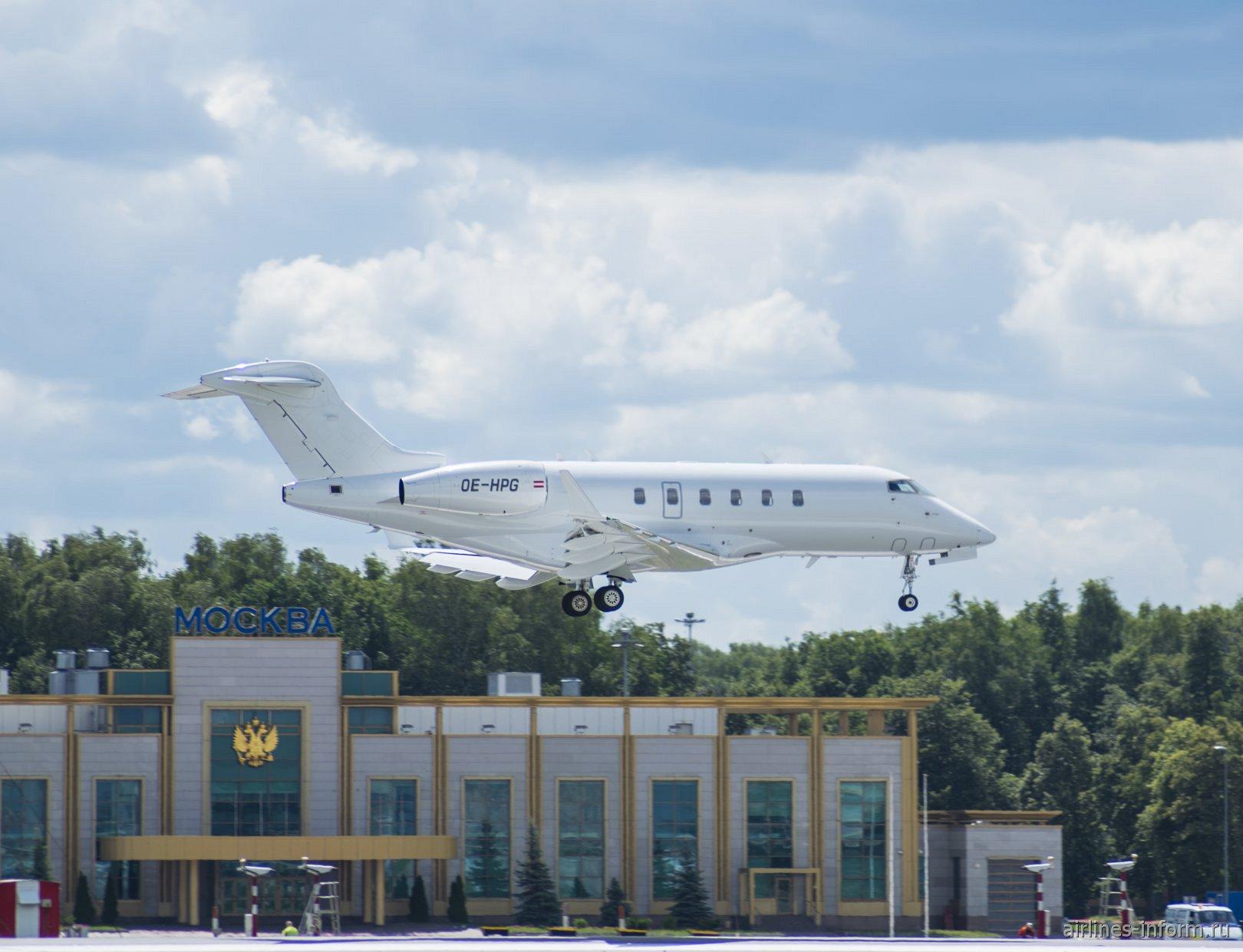 Бизнес-джет Bombardier Challenger 300 рег. номер OE-HPG садится в аэропорту Внуково