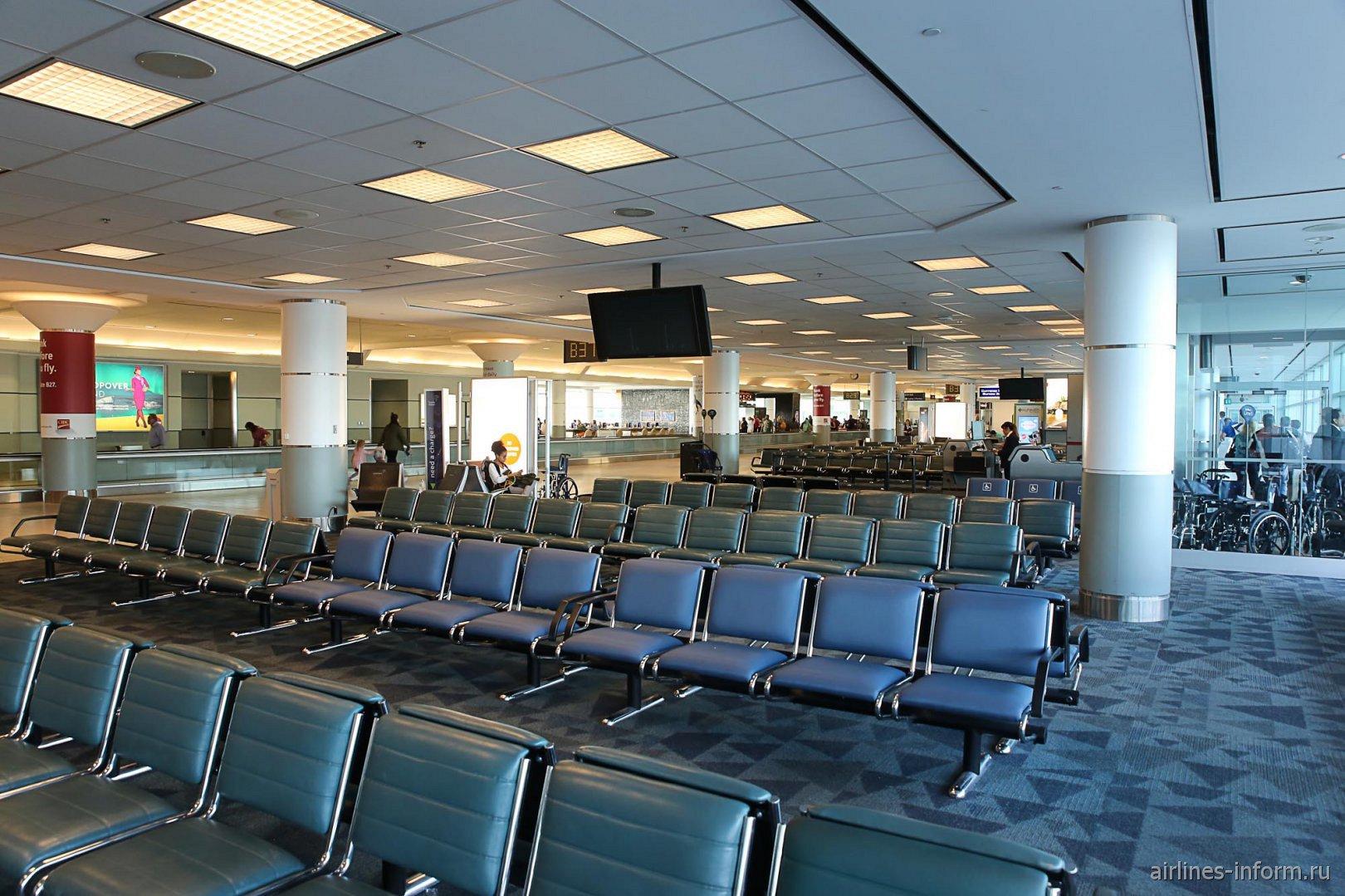 Места для ожидания в чистой зоне терминала 3 аэропорта Торонто Пирсон