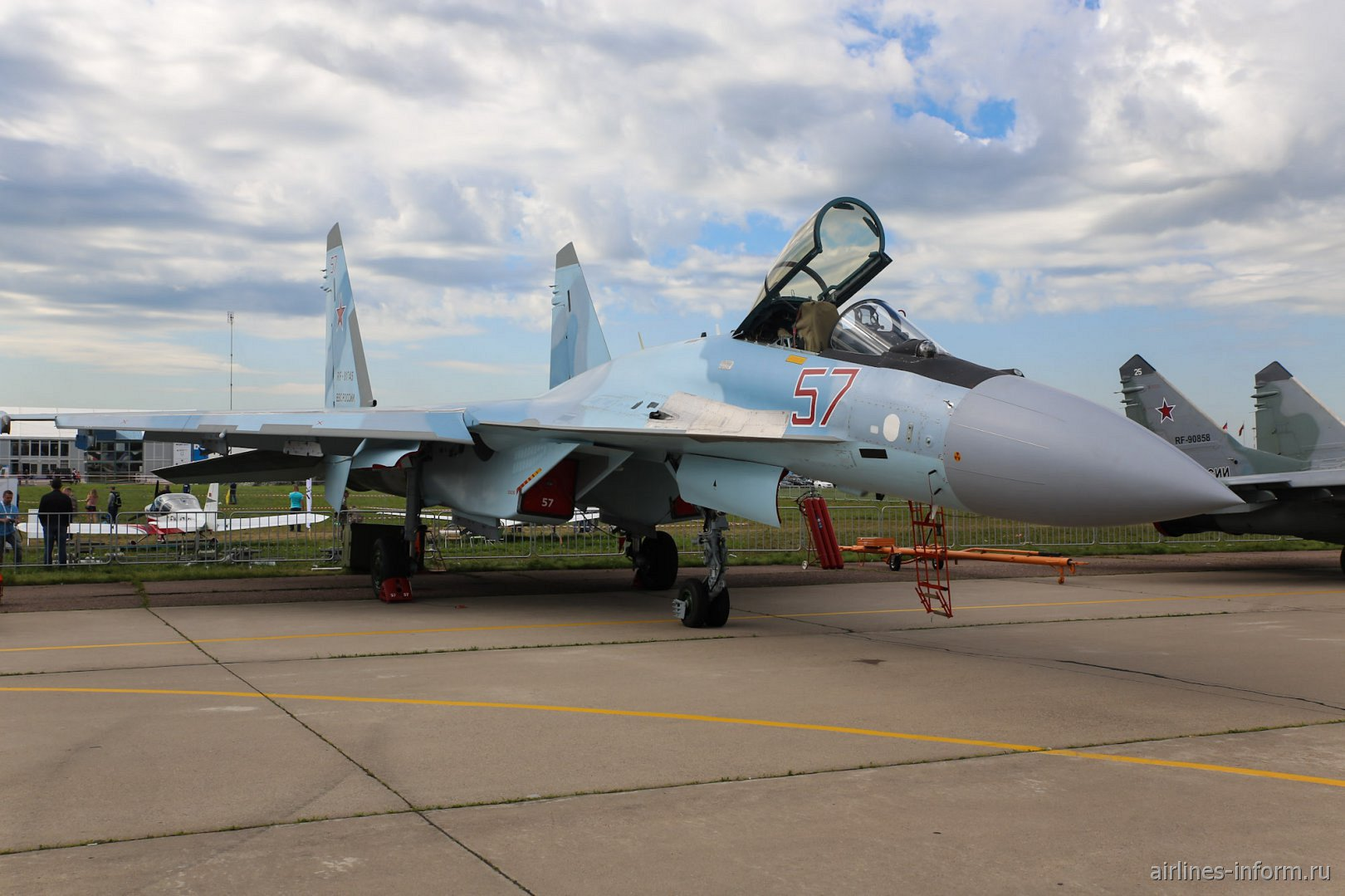 Истребитель Су-35 на авиасалоне МАКС-2017