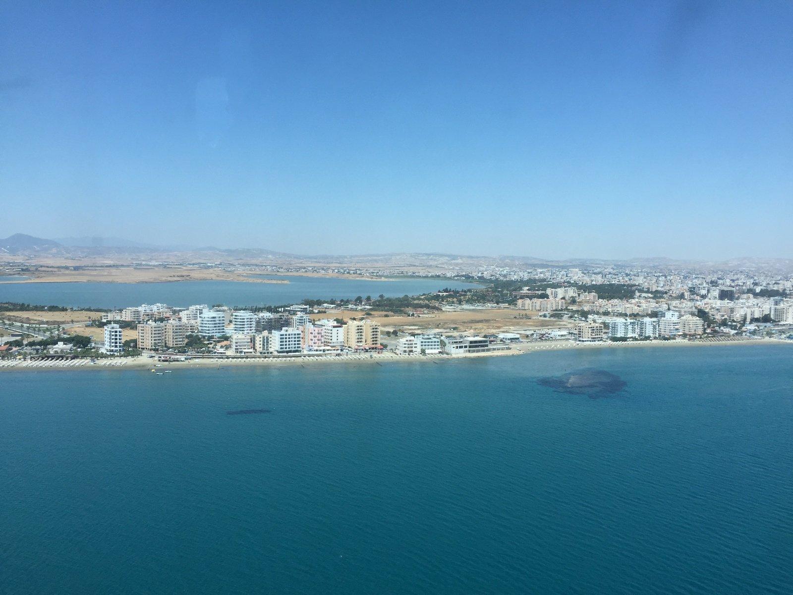 Вид на окрестности Ларнаки перед посадкой в аэропорту