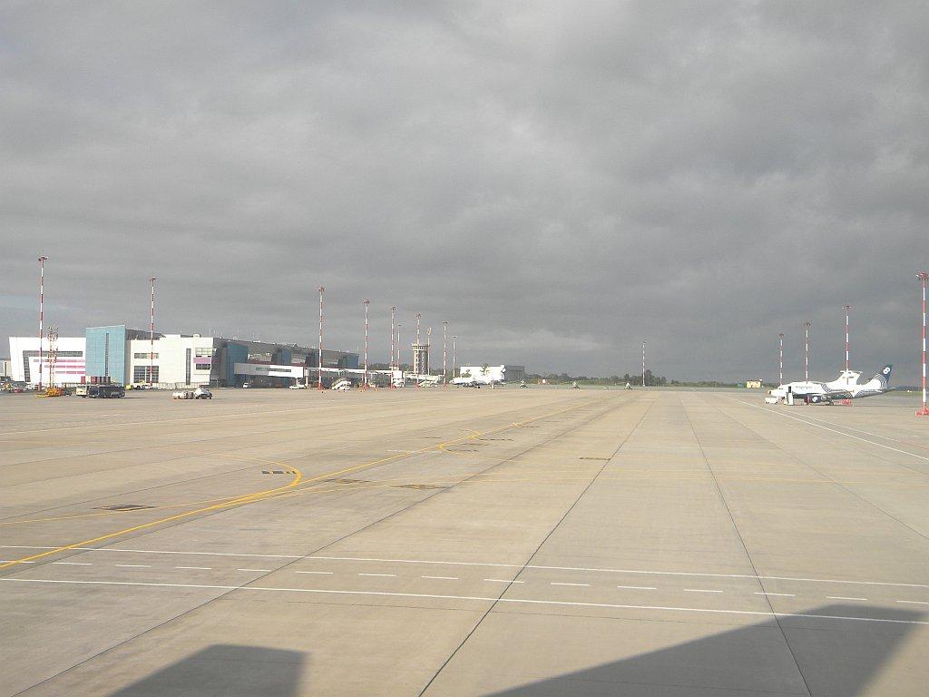 Вид с перрона на аэропорт Владивосток Кневичи