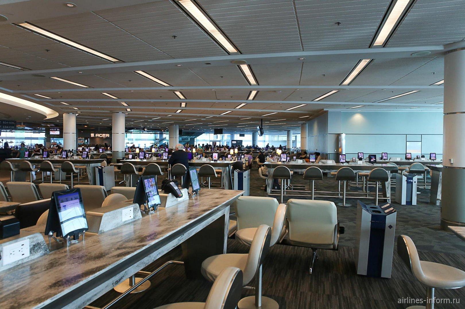Зал ожидания в терминале 3 аэропорта Торонто Пирсон