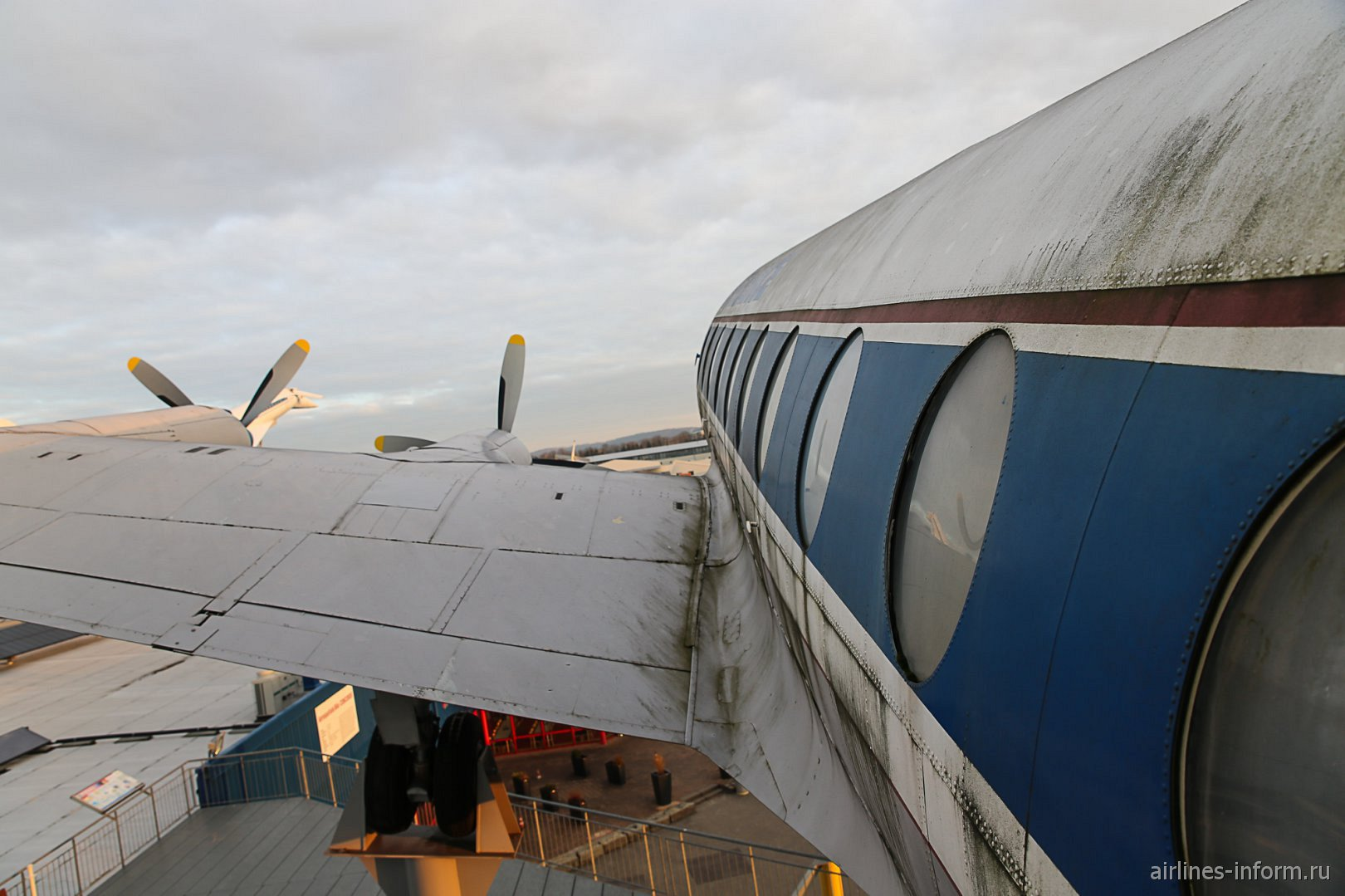 Самолет Виккерс Вискаунт в музее техники в Зинсхайме