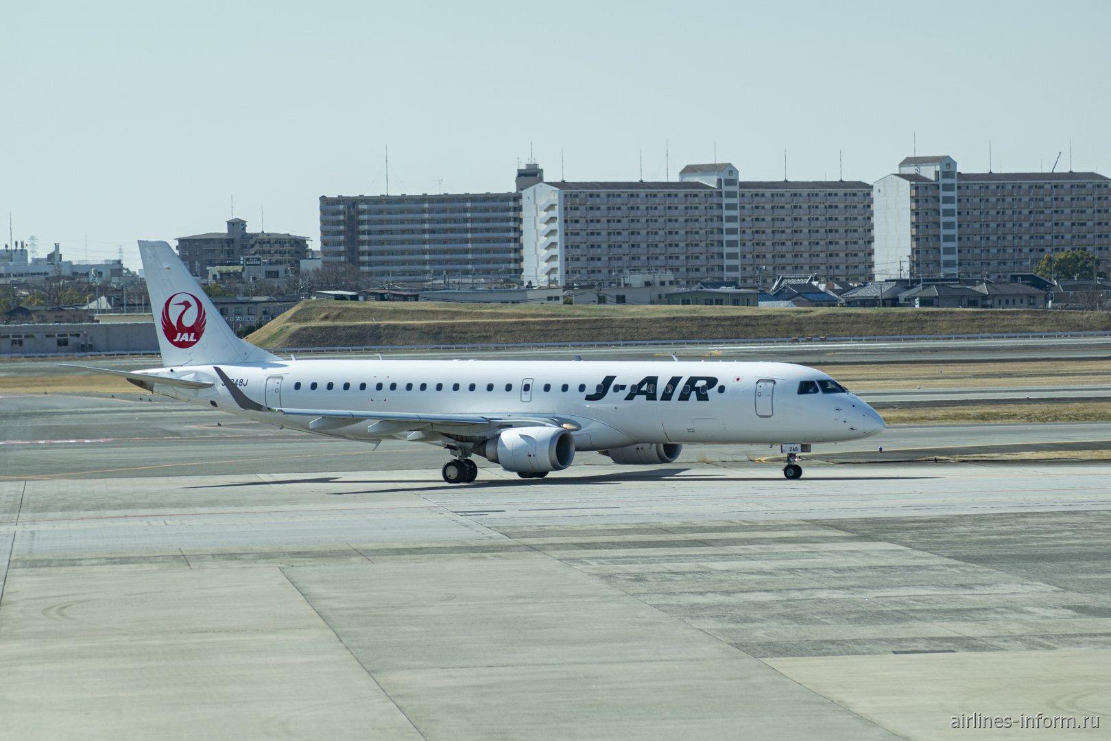 Самолет Embraer 190 J-Air в аэропорта Осака Итами