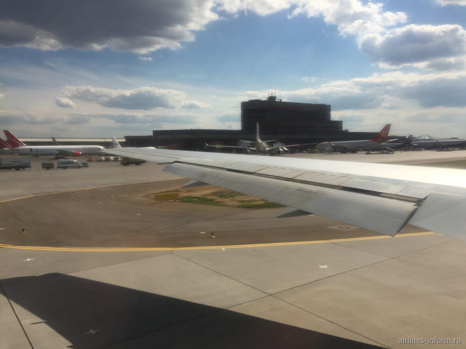 Через 40 минут нас отбуксировали от терминала и мы покатили на взлёт