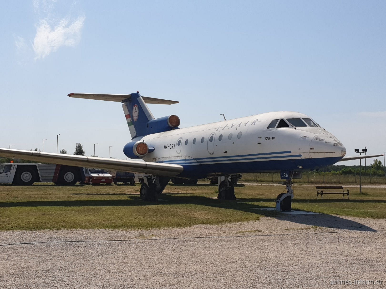 Самолет Як-40 HA-LRA в авиационном музее в аэропорту Будапешта