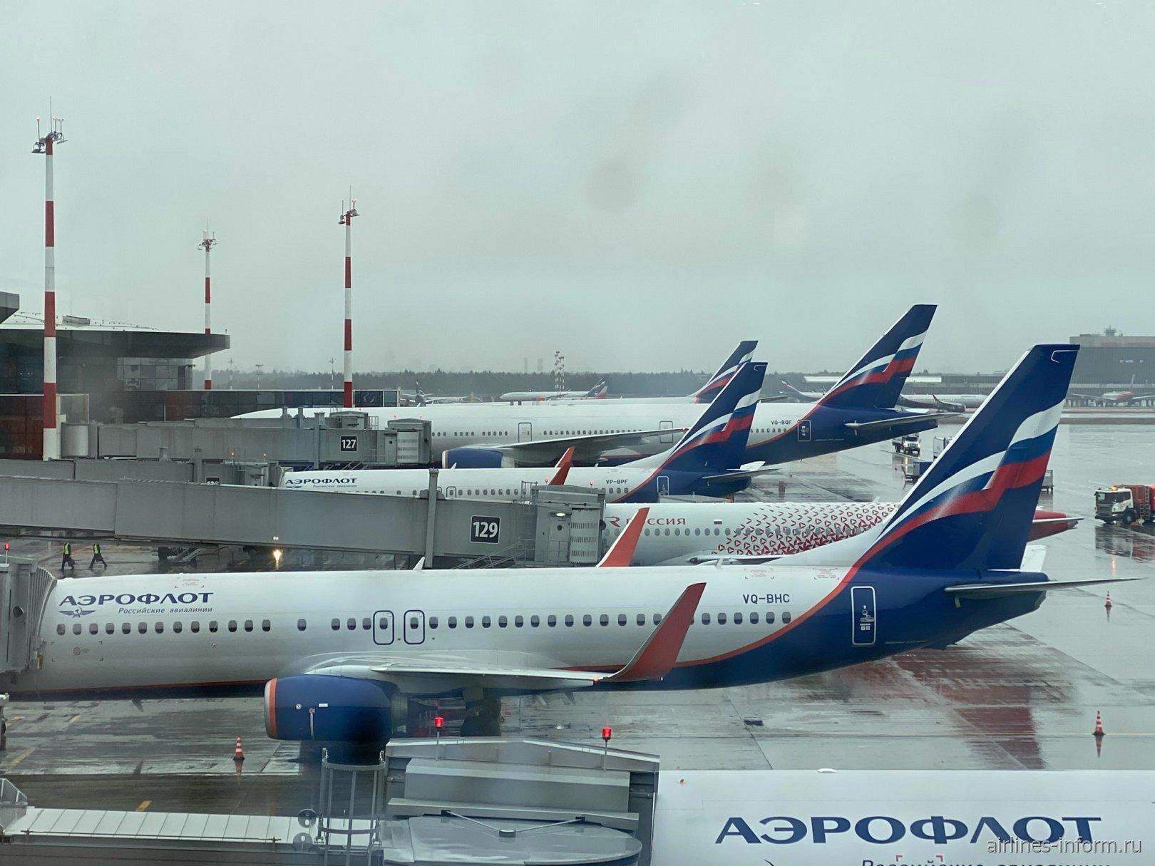Вид на прекрасные самолеты из окна зала ожидания пассажиров бизнес-класса.  Обожаю смотреть на самолет. И всегда приезжаю в аэропорт часа за 3-4 до вылета. Музыка в ушах и романтика перед глазами.