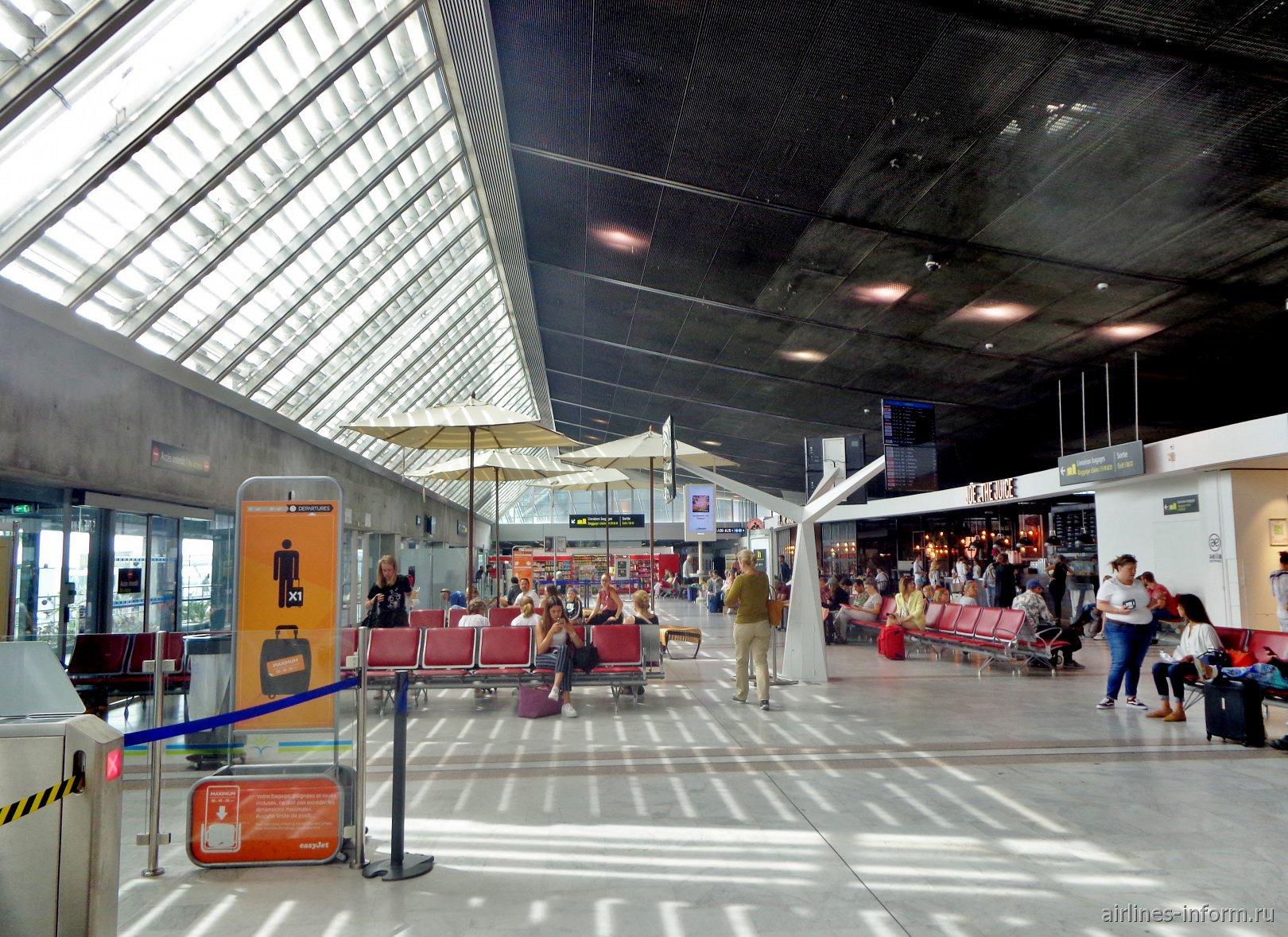 Зона выходов на посадку в Терминале 2 аэропорта Ницца Лазурный берег