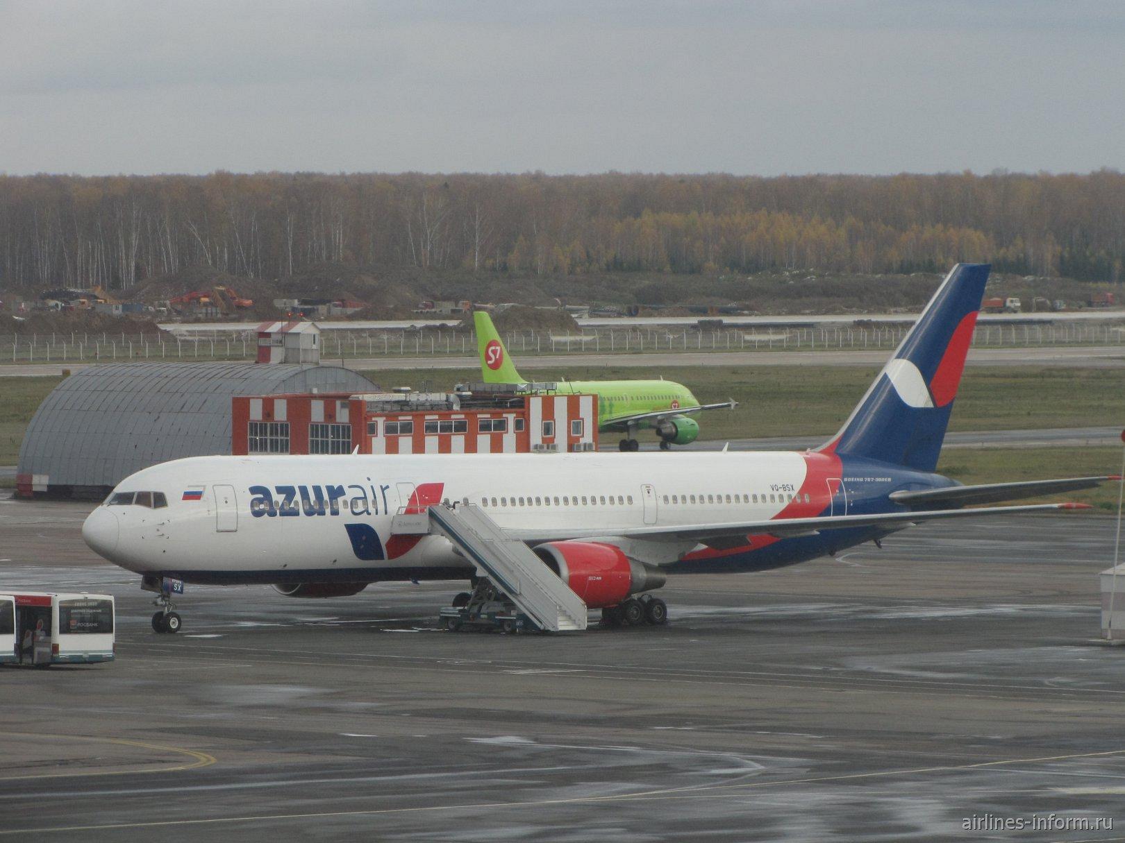Боинг-767-300 авиакомпании Azur Air в аэропорту Домодедово