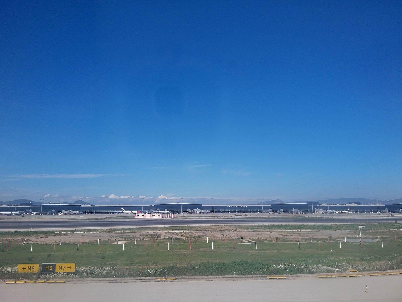 Вид на аэропорт Барселоны со взлетной полосы