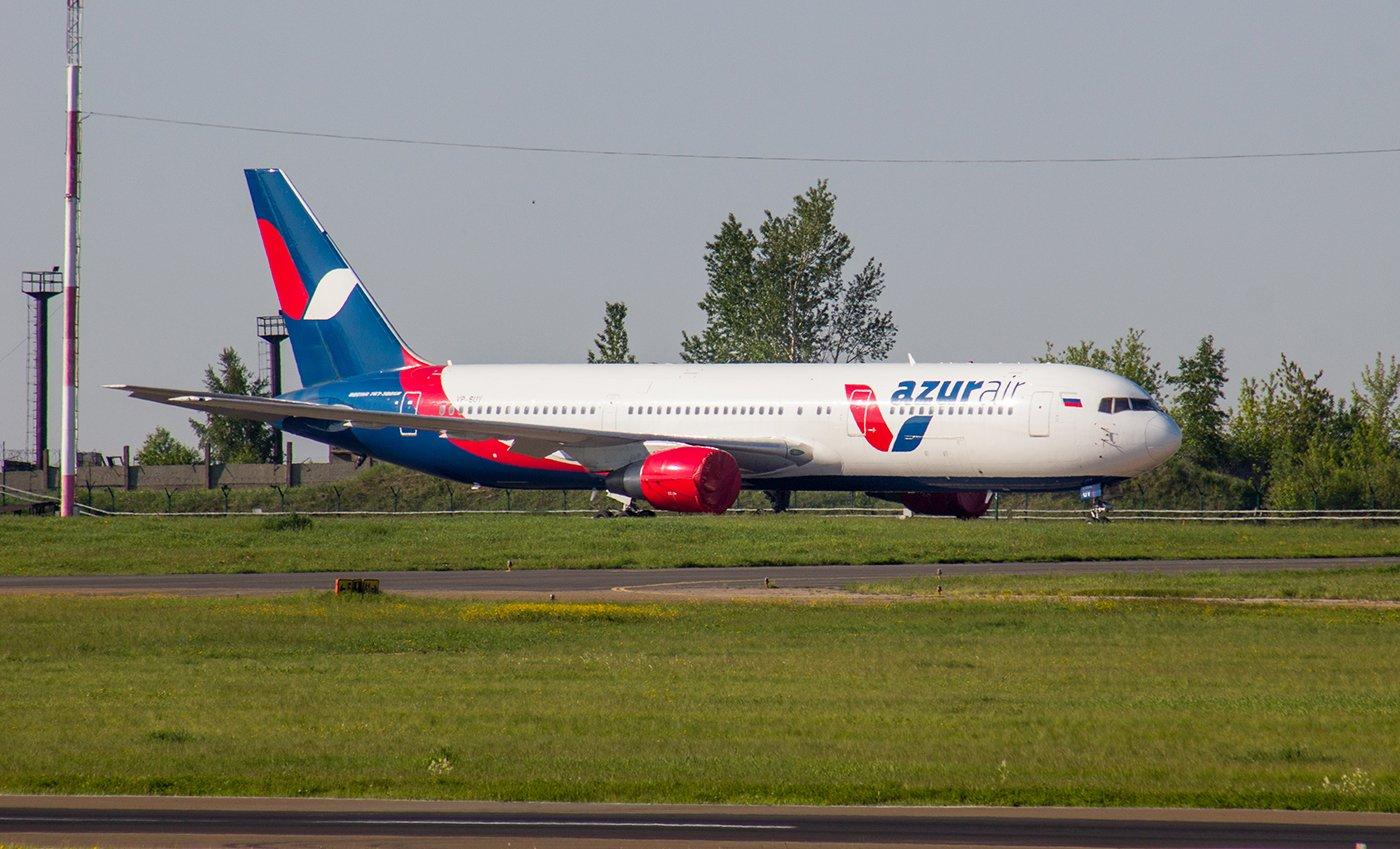 Самолет Боинг-767-300 авиакомпании Azur Air в аэропорту Иркутска