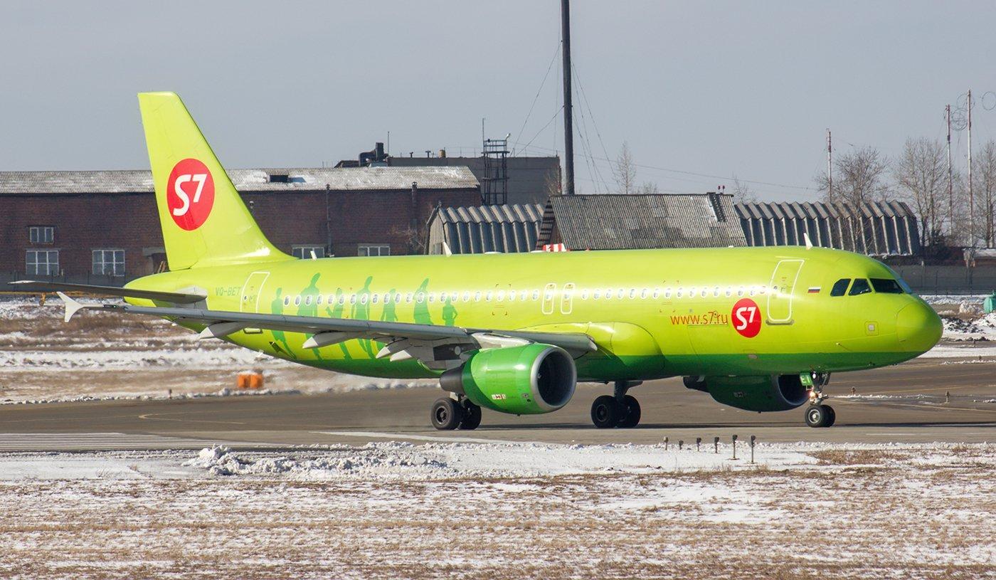 Самолет Airbus A320 VQ-BET авиакомпании S7 Airlines в аэропорту Иркутска