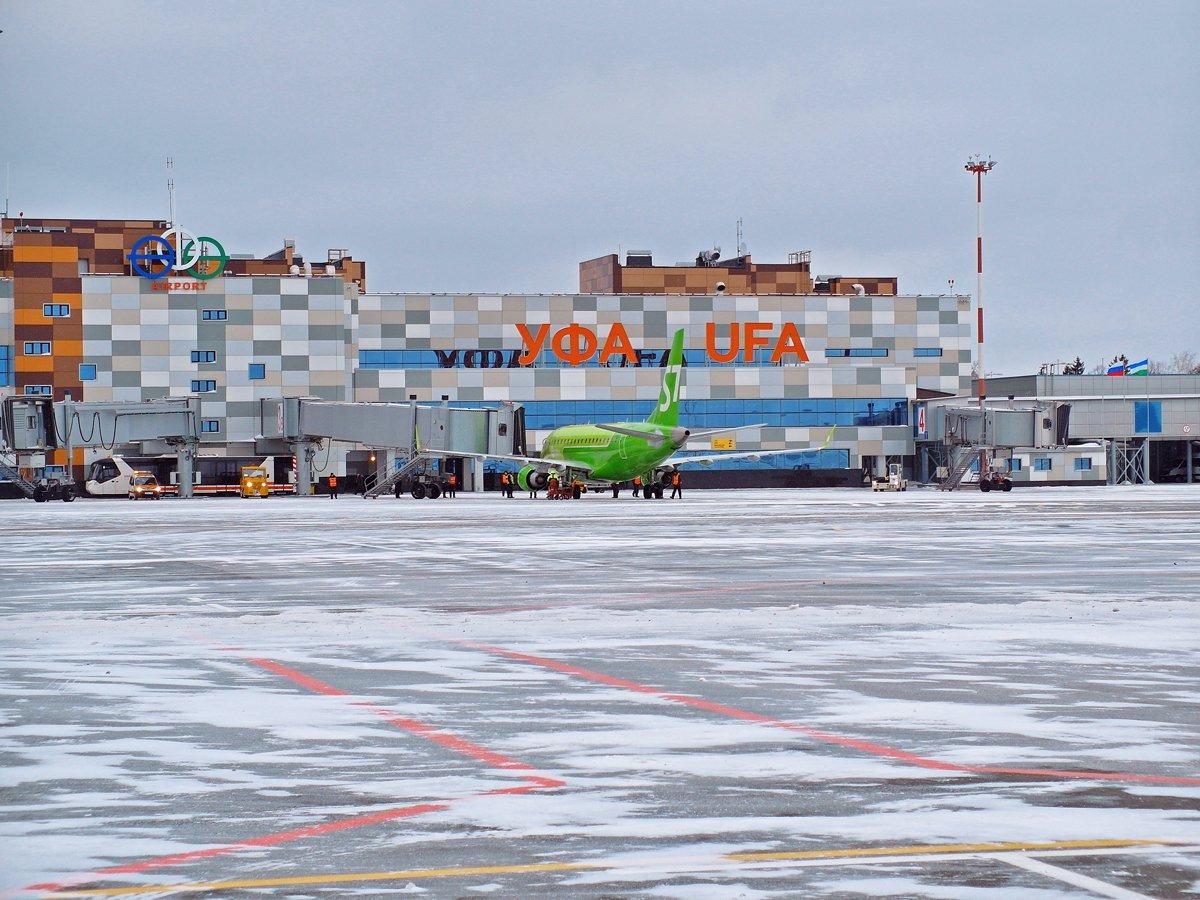 Вид с перрона на международный терминал аэропорта Уфа