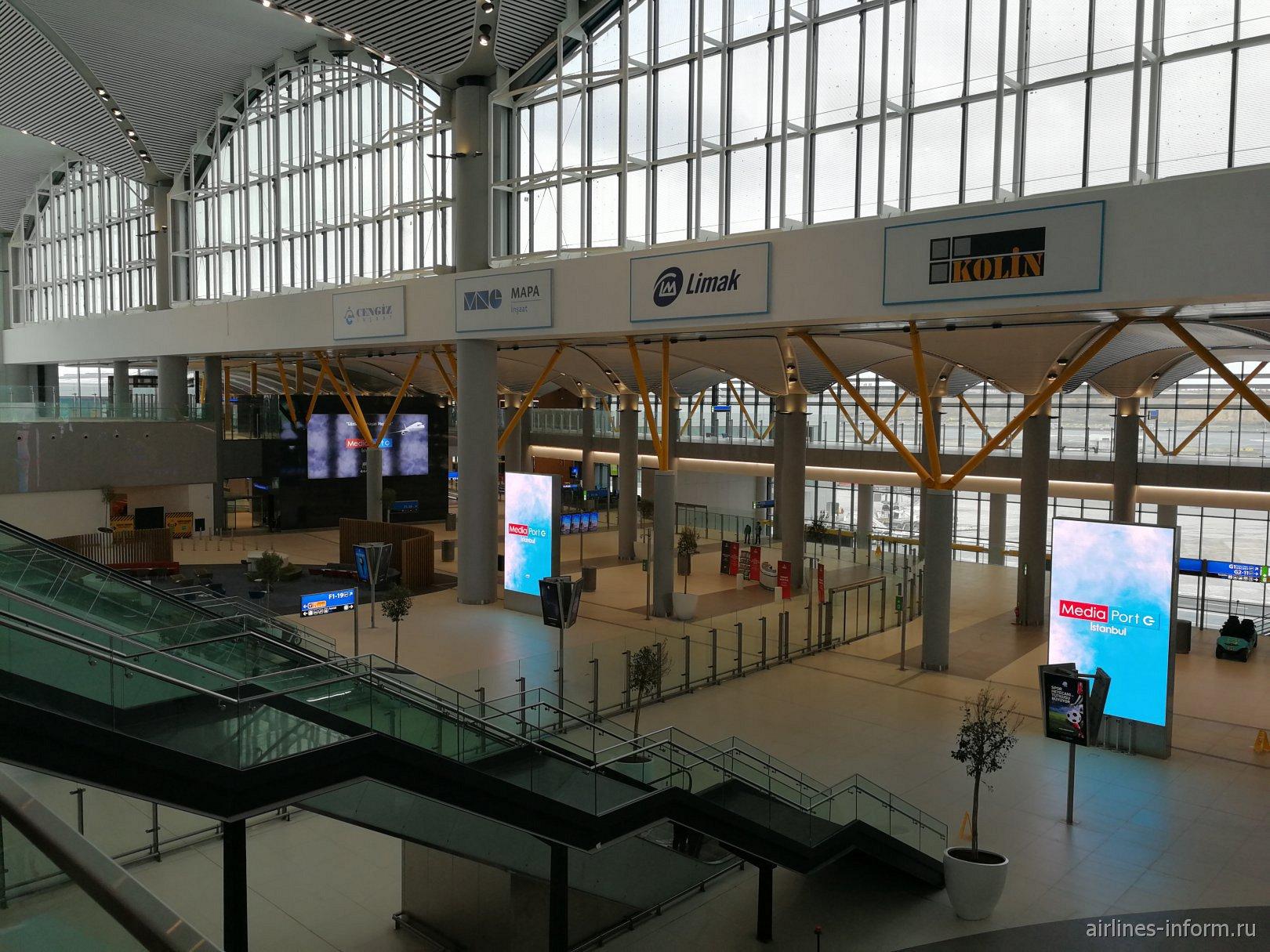 В чистой зоне пассажирского терминала аэропорта Стамбул Новый